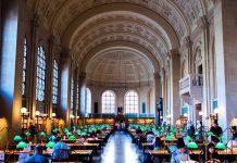 Rất đông sinh viên tìm đến phòng học Thư viện Công cộng Boston